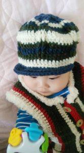 冬のニット帽とベストを着た子ども