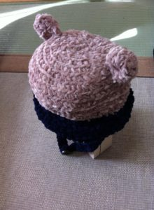 手編みの耳付きニット帽