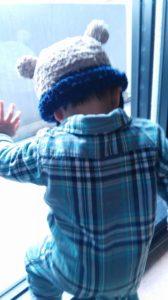 耳付きニット帽をかぶった男の子