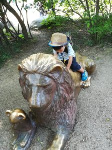 天王寺動物園のライオンの銅像と子ども