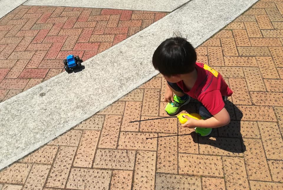 ラジコンカーで遊ぶ子ども