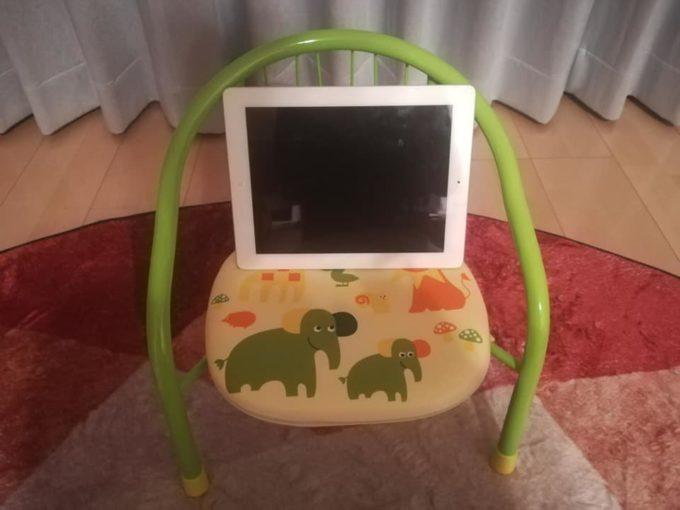 子ども用パイプ椅子とiPad