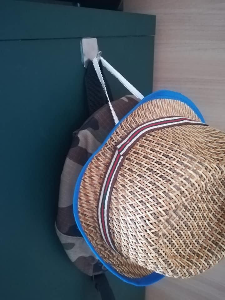 フックにひっかけた麦わら帽子