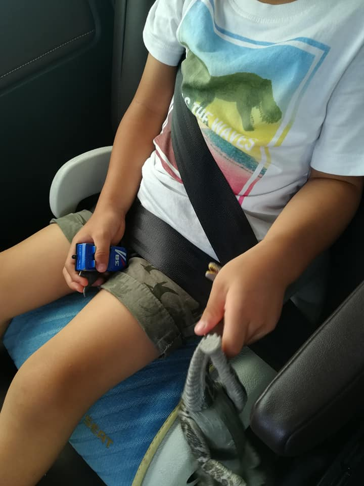 チャイルドシートに座った4歳児