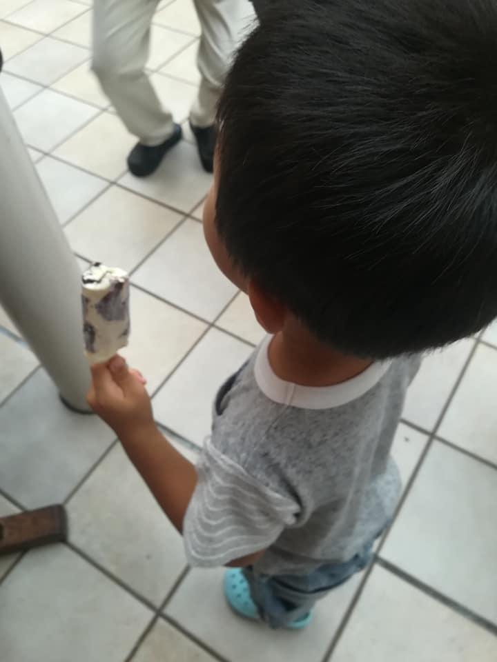 シャトレーゼのアイスクリーム工場で試食する子ども