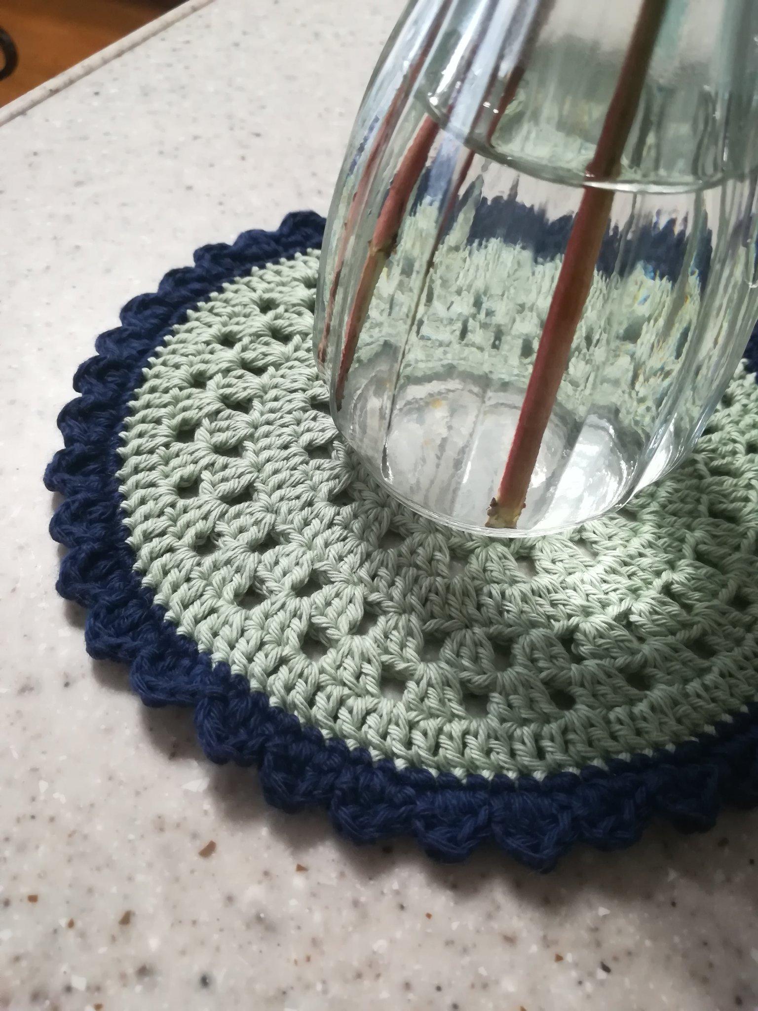 花瓶の下のレース編み