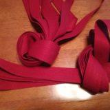 赤い布リボン