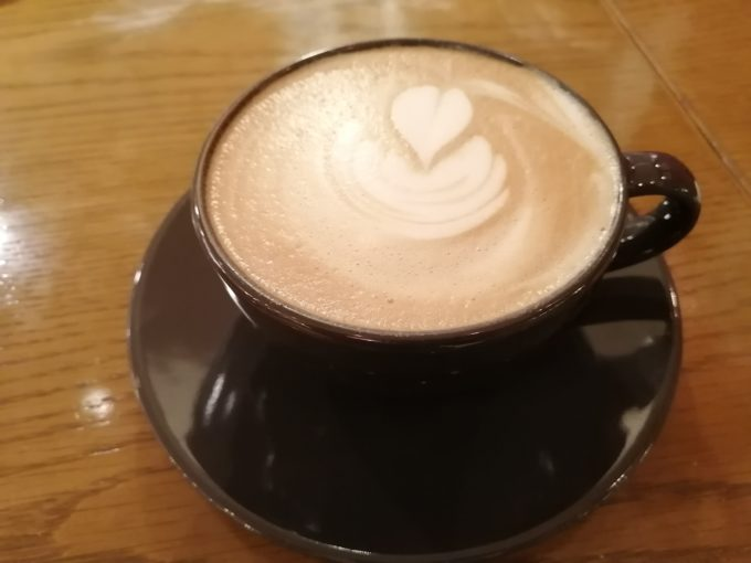 黒いカップのカフェラテ