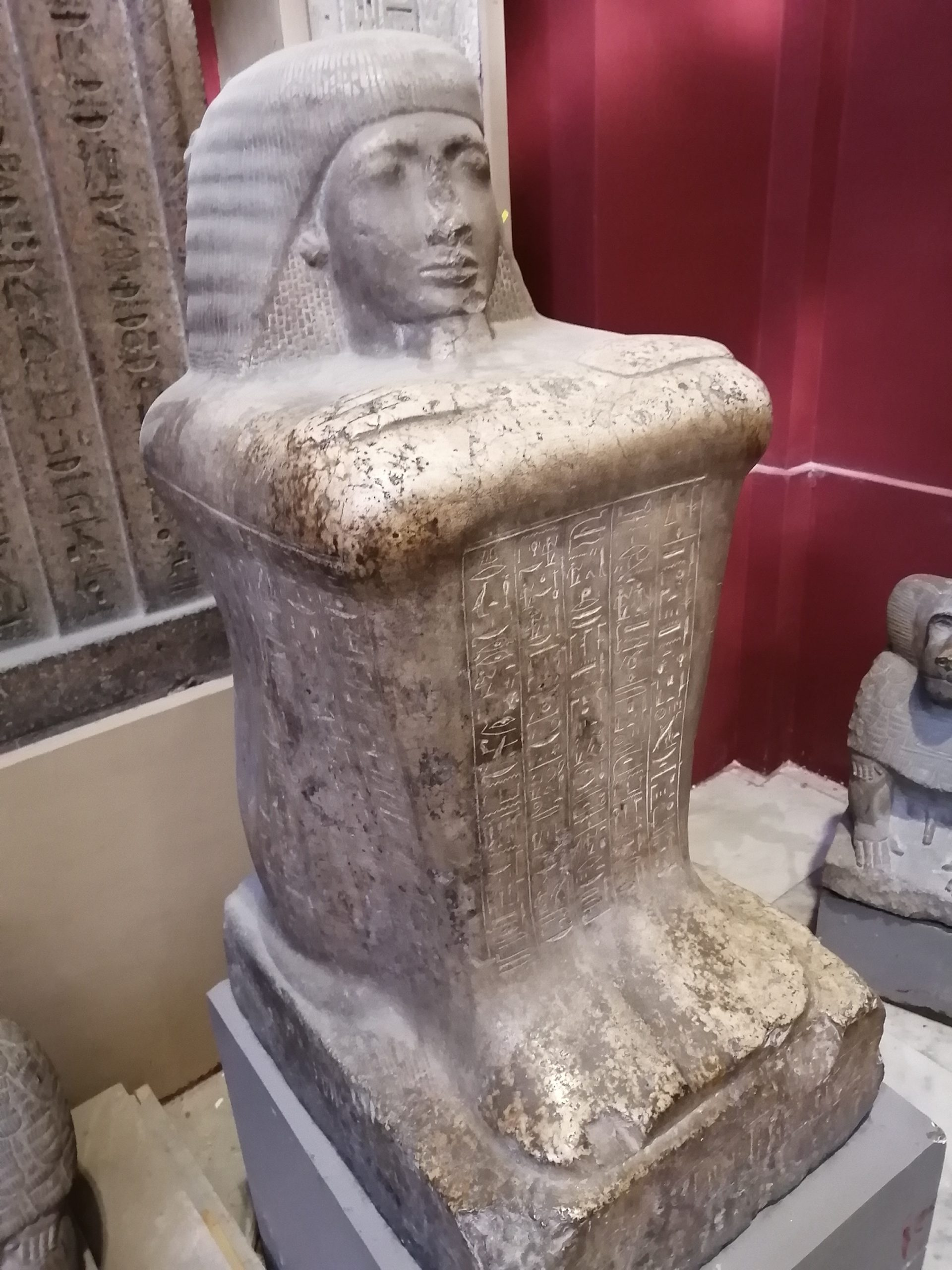 エジプト考古学博物館の膝を抱えた人