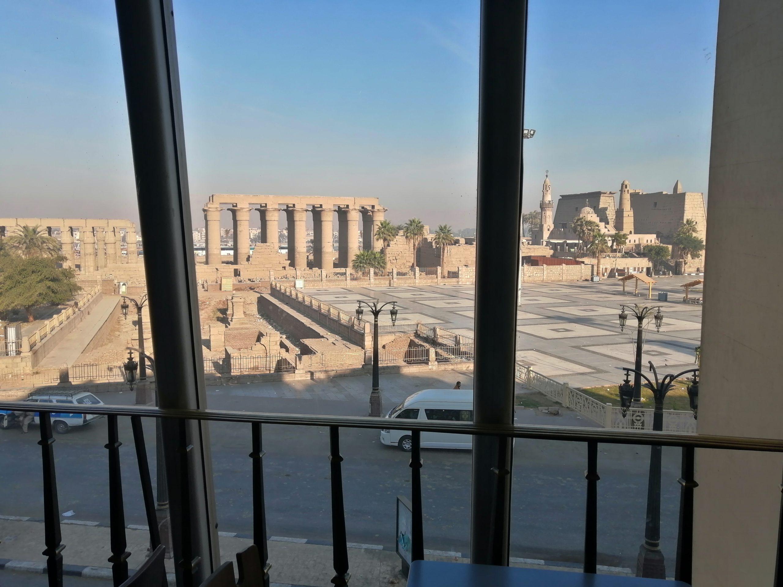 ルクソールのマクドナルドから見るルクソール神殿