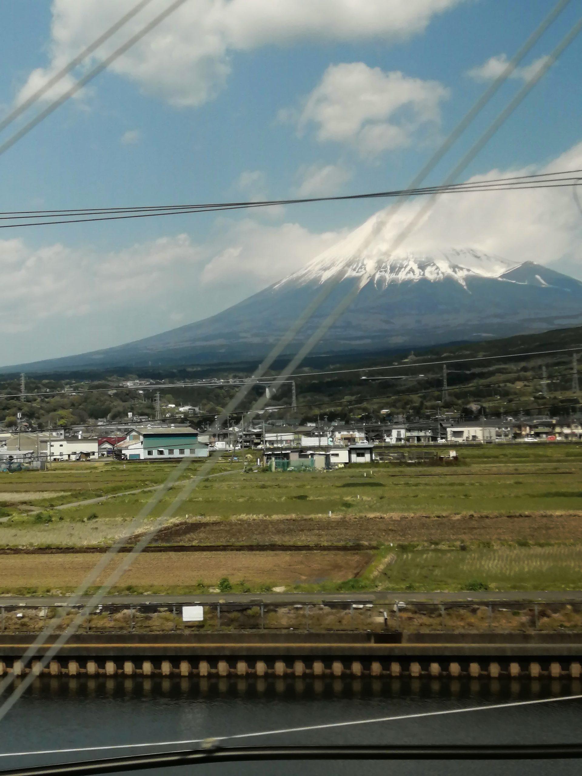 雲のかかった富士山
