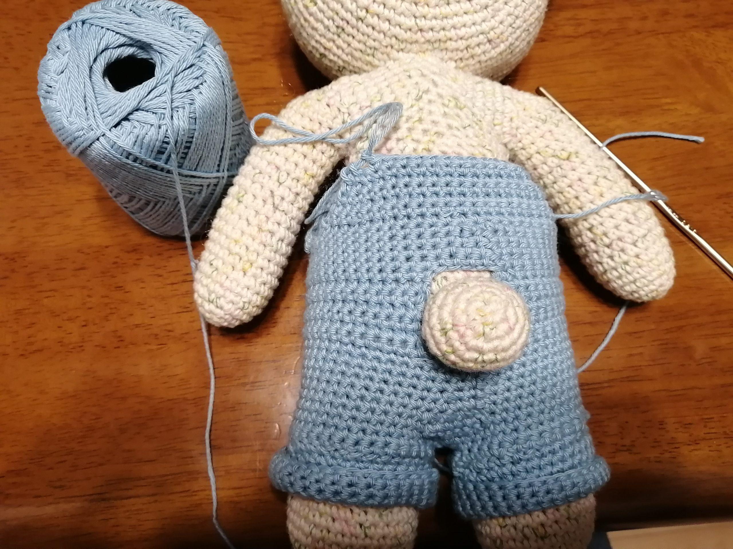 かぎ針編みのくまのオーバーオール