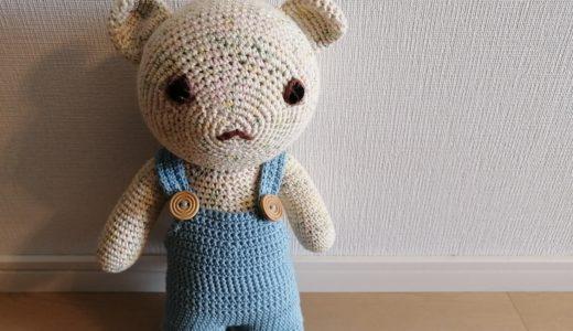 くまのぬいぐるみのオーバーオールをかぎ針で編みました