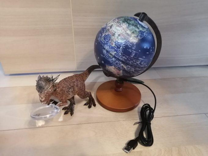 パキケファロサウルスと地球儀