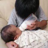 ミルクをあげるお兄ちゃん